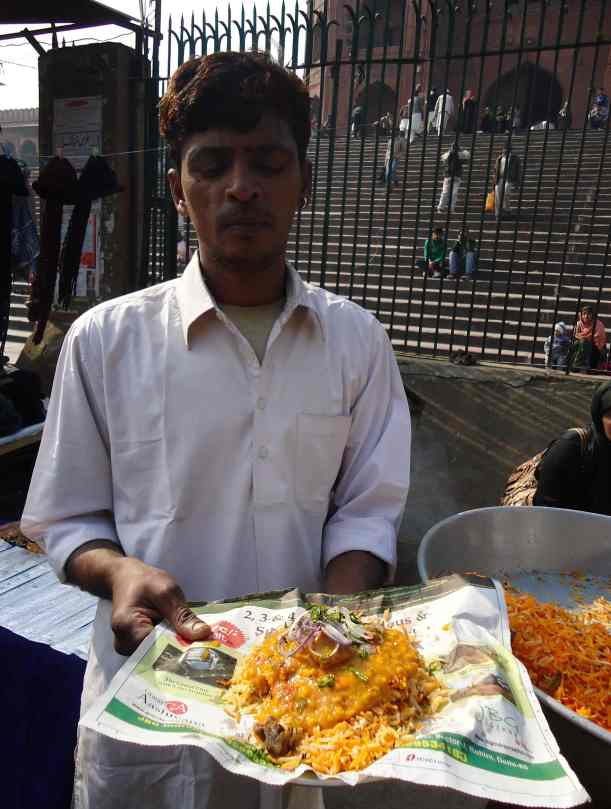 Nasi briyani, 10 rupee saja (2000 rupiah), kenyang sampe besok. Mau?