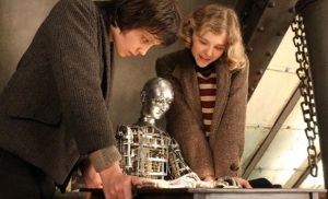 Hugo memperlihatkan automaton-nya kepada Isabelle