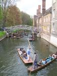 Nah, kalau live-twit dari lokasi basah seperti di Cambridge ini, tantangannya adalah menjaga agar gadget nggak nyemplung ke sungai. Ini serius. Terlalu asik tweeting bisa bikin kita nggak waspada.