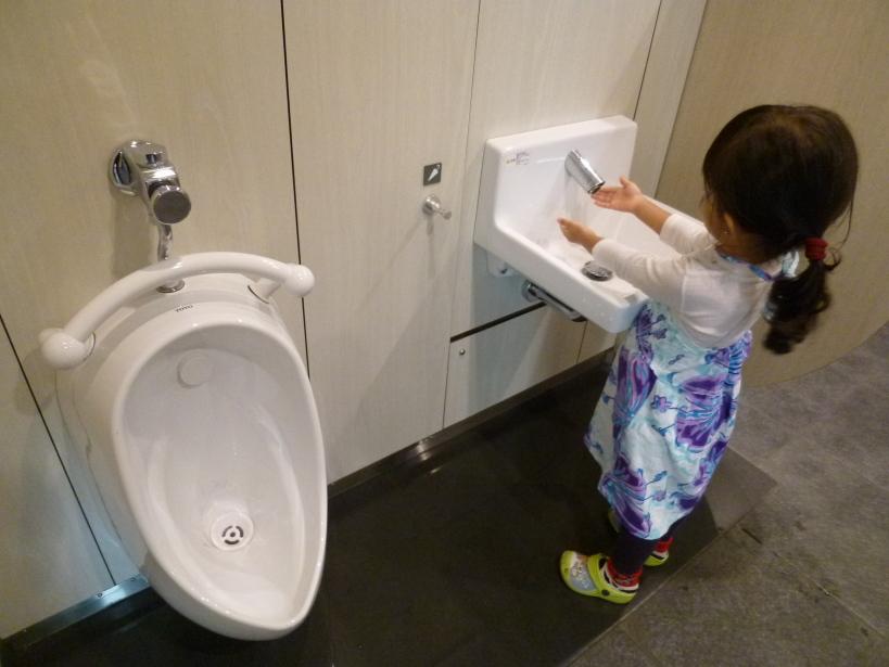 Saya masih gak ngerti kenapa ada urinoir utk cowok di luar bilik toilet cewek di banyak tempat di Tokyo?