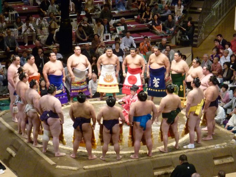 Parade rikishi (atlet Sumo) sebelum babak puncak turnamen