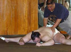 Salah satu ritual latihan sumo. Can you do this? :)
