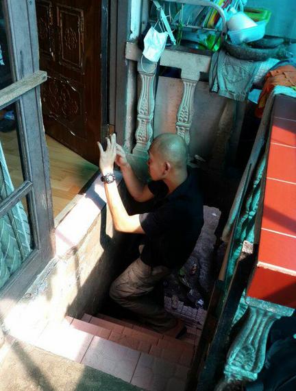 Memfoto coach Ajri. Awas jatuh Om... Ntar kalo situ nggak balik utuh ke negerinya, gue yang ketempuhan :))