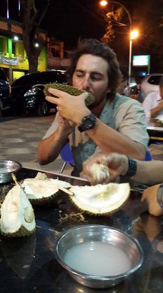 Nggak lengkap ke Medan kalau nggak makan duren. Kami sukses 'ngerjain' Tom Cruise yang sama sekali belum pernah melihat & mencicipi duren. Katanya, weird but fun! :)