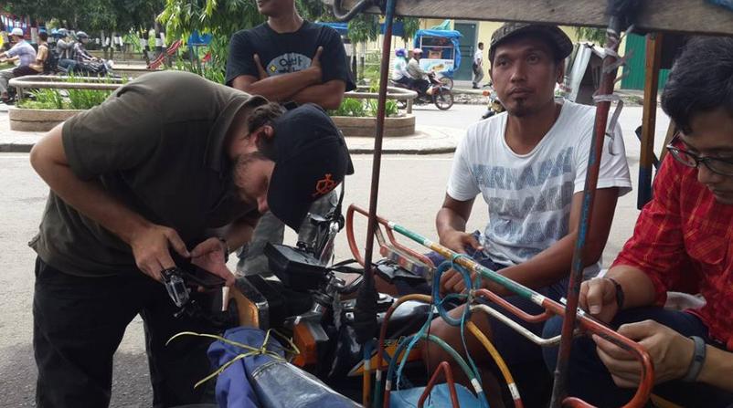 Ben memasang kamera go pro di becaknya Alam, penumpang becaknya sibuk twiteran.