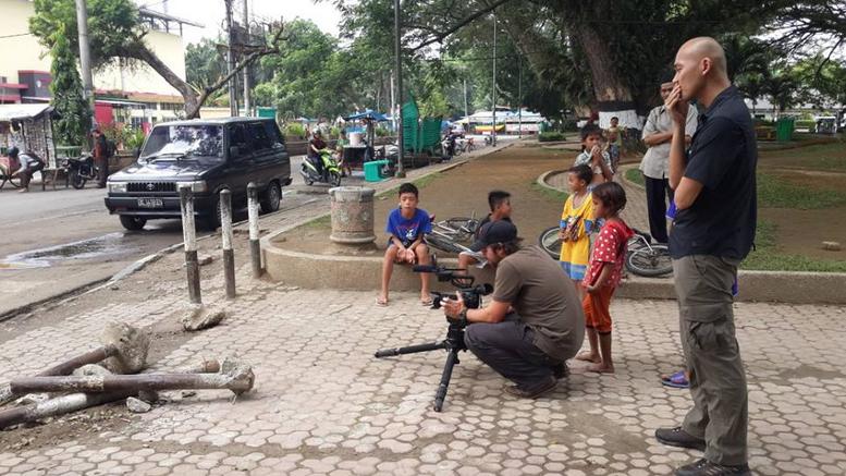 """Shooting di depan Stadion Teladan, Medan. Bocah-bocah ini pada teriak, """"Markus...Markus!"""" Rupanya mereka mengira kita shooting bareng Markus Horison :))"""