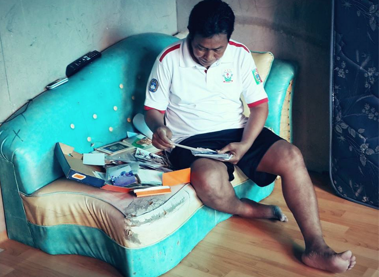Coach Ajri di rumahnya yg sangat sederhana di Utan Kayu, melihat foto-foto kejuaraan yg diikuti anak asuhnya sejak jaman dulu.
