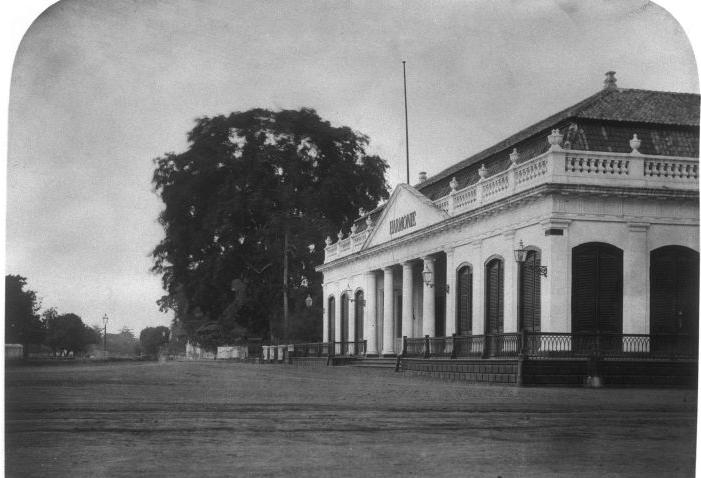 Gambar terbaik gedung Societeit De Harmonie, Batavia yang dapat saya temukan. Sumber: commons.wikimedia.org