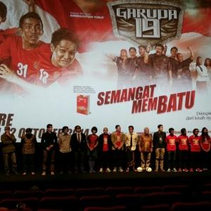 Baris di depan layar bioskop, premier film Garuda 19